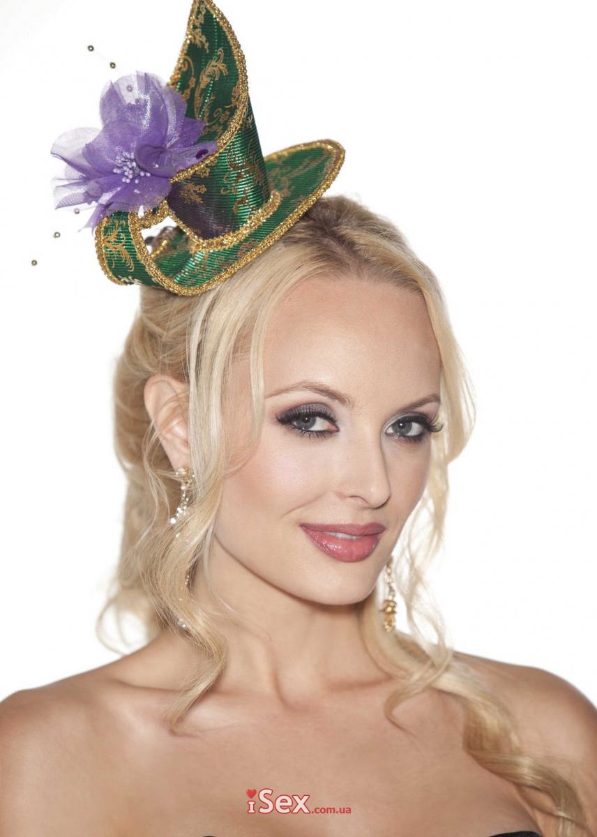 Зеленая бархатная шляпка