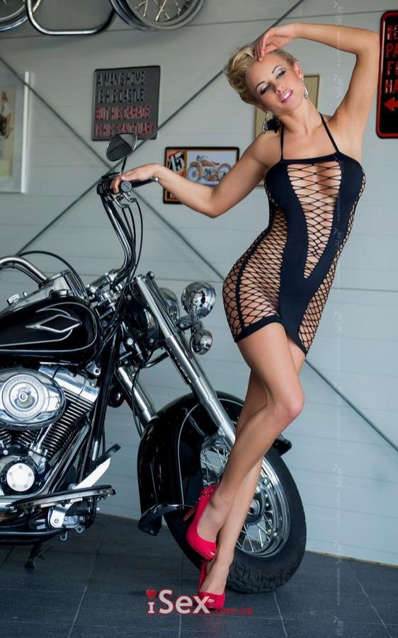 Платье с вырезом и глубоким декольте